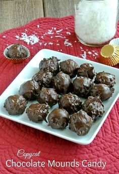 Chocolate Mounds Candy Balls recipe is based on the Mounds Bar. Four ingredients is all it takes to make the candy bar classic. Not exactly a copy-cat in looks but surely inspired. Easy and perfect! Vegan Sweets, Vegan Desserts, Just Desserts, Candy Recipes, Sweet Recipes, Dessert Recipes, Chocolate Bonbon, Coconut Chocolate, Homemade Chocolate