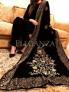 Looking for some block printed velvet shawls? Pakistani Fashion Party Wear, Pakistani Formal Dresses, Pakistani Wedding Outfits, Pakistani Dress Design, Bridal Outfits, Velvet Pakistani Dress, Hijab Fashion, Fashion Outfits, Designer Party Wear Dresses