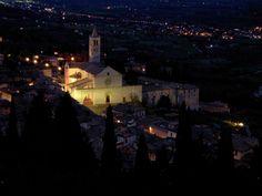 Assisi e la splendida e candida basilica di Santa Chiara di notte! Che magia!