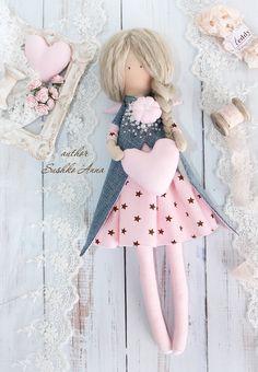 Textile, rag doll in the style of Tilda. Pretty Dolls, Cute Dolls, Beautiful Dolls, Handmade Toys, Handmade Crafts, Tilda Toy, Felt Crafts Diy, Sewing Dolls, Doll Toys