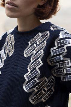 Modedesignerin entwickelt ein Solar Shirt, das Strom erzeugt