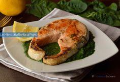 I tranci di salmone su crema di spinaci sono un secondo piatto molto leggero e anche goloso. Costituiscono una cena completa, veloce e molto saporita.