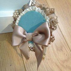 Como hacer un tocado para niña de arras ¡Sigue el paso a paso! Es muy sencillo. Diy Flowers, Hair Accessories, Brooch, Princess, Collection, Style, Chalk Paint, Ideas Para, Google