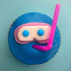 Leuke traktatie voor kinderen die afzwemmen, een zwemfeestje geven of gewoon gek op water zijn! Je tovert heerlijke cupcakes om in een klein zwembadje en ploep, daar komt net een snorkelaar voorbij. Extra leuk als je de cupcake zelf ook nog blauw kleurt! Ingrediënten Voor de cupcakes: 125 g zachte roomboter 125 g zelfrijzend bakmeel […]