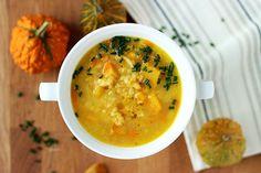 Sezon na dynię trwa - z tego jesiennego warzywa może powstać zupa z dyni z soczewicą i warzywami. Pysznie, zdrowo i rozgrzewająco! Sprawdź przepis! Cheeseburger Chowder, Soup, Ethnic Recipes, Soups