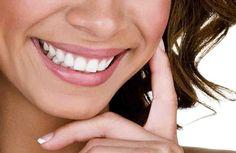 Todo el mundo quiere una sonrisa blanca y brillante. Muchos factores pueden causar manchas significativas en los dientes, tales como ciertos alimentos o líquidos, el tabaquismo y la edad. Hacer que un dentista blanquea tus dientes o usar un kit de blanqueamiento en casa son dos opciones que p