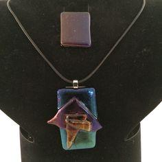 Kleurrijke hanger in zwart iriserend glas en ring. Kleur veranderd bij beweging