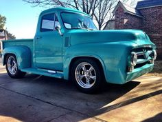 Cute 1955 ford F100. Mint color <3 Old Ford Trucks, Old Pickup Trucks, Classic Trucks, Classic Cars, 1953 Ford F100, Bike Trailer, Old Fords, Vintage Trucks, Custom Trucks