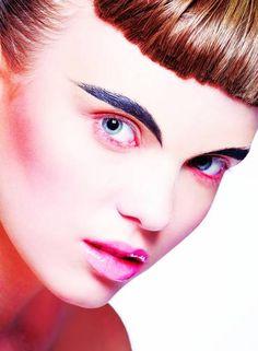 Sobrancelhas marcadas e toque néon: estas são as palavras de ordem da maquiagem no verão 2015. Com exclusividade para o ELA, a maquiadora sênior da M.A.C., Fabiana Gomes, comandou um ensaio cheio de inspiração /// MAQUIAGEM: FABIANA GOMES. APOIO À MAQUIAGEM: JAKE FALCHI. CABELO: TEO MIRANDA (BESOCIETY MGT). MODELOS: NICOLI FURST E TAINÁ OLIVEIRA Foto: Brunel Galhego Ricci