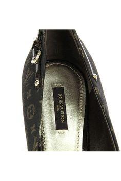 04a64af53e9e Authentic Louis Vuitton ebene monogram Mini Lin canvas Myosotis pumps.  Features an almond-toe