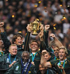 captain John Smit hold up the world cup in 2007 South Africa Rugby Team, South African Rugby, Rugby League, Rugby Players, African Love, Australian Football, National Animal, African Culture, African History