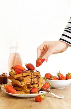 Ma pâte à gaufres vegan et sans gluten est simple comme bonjour : pas trop d'ingrédients et des choses simples qu'on peut trouver dans n'importe quel magasin bio. La base est donc hyper facile à réaliser, à vous ensuite de laisser parler vos papilles et de les garnir avec vos ingrédients préférés ! www.sweetandsour.fr Crepe Vegan, Healthy Snacks, Healthy Recipes, Happy Foods, Strawberry, Dessert Recipes, Gluten Free, Drink, Fruit