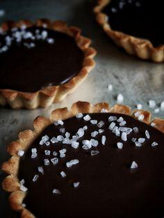 Tartaletky s čokoládovou ganache a karamelem – The Olive Food And Drink, Pie, Cupcakes, Desserts, Torte, Tailgate Desserts, Cake, Cupcake Cakes, Deserts