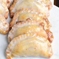 Dessert is ready in 30 minutes with these Glazed Peach Hand Pies! The flaky… Dessert is ready in 30 minutes with these Glazed Peach Hand Pies! The flaky… Peach Hand PiesThis dessert can be greatDessert – Mascarpone Kaff Brownie Desserts, Köstliche Desserts, Dessert Recipes, Recipes Dinner, Picnic Desserts, Fruit Dessert, Dessert Bars, Plated Desserts, Weight Watcher Desserts