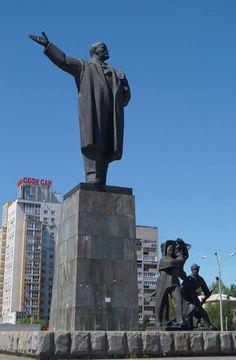 Monument to Lenin at Lenin Square in Nizhny Novgorod, Russia.