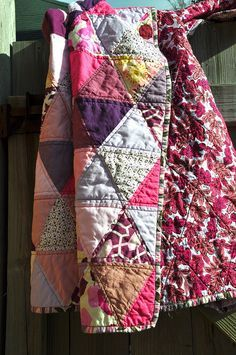 Lovely, simple triangle quilt, looks vintage Quilting Projects, Quilting Designs, Sewing Projects, Quilt Modernen, Textiles, Looks Vintage, Fabric Art, Quilt Making, Baby Quilts