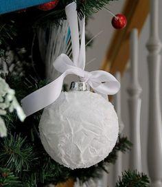 Weihnachtlicher Look - Eine Kugel mit Kunstschnee und Glitzer dekorieren