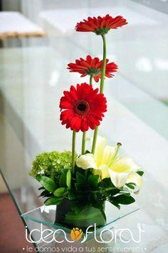 Centro de mesa hecho con gerberas, hortensias y lilies.