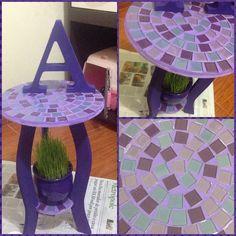 MDF: banquinho com mosaico de pastilhas de vidro e letra