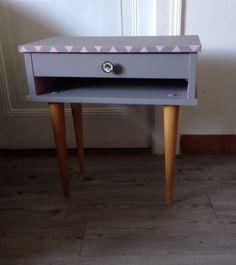 table de nuit ou chevet rétro vintage pieds fuseaux customisation chevrons et triangles : Meubles et rangements par sheren