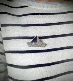 """Broche """"petit bateau argenté"""" ⛵ ➡ Lien dans ma bio! #petitbateau #paillette #argenté #broche #november_bijoux"""