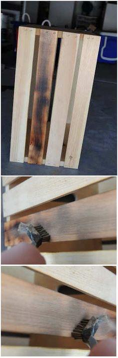 Met een gasbrander en staalborstel zien je nieuwe planken eruit als oud hout. Simpele manier om nieuw steigerhout oud te maken, hout kunstmatig verouderen.