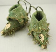 Fairy Shoes forest moss green and gold with leaf belong to Mossy Grove Faerie Fairy Clothes, Doll Clothes, Fairy Shoes, Kobold, Fairy Dress, Shoe Art, Clothes Crafts, Waldorf Dolls, Doll Shoes