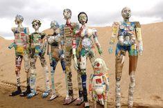 Seven wasted men door Michelle Reader, recycling kunst van weggegooid #plastic