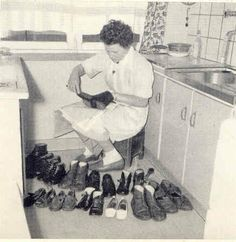 Polishing shoes for a big family. Holland, Mother's Day Photos, Good Old Times, Vintage Interiors, The Old Days, My Childhood Memories, Women In History, The Past, Homemaking