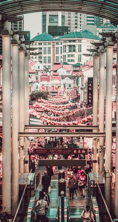 Explore Chinatown in Singapore. 10 Places you have to visit in Singapore! These top Singapore attractions attract tourist from all over the world! See more on avenlylanetravel.com | Travel photography & all the top places to see in the world #Singapore #travel #asia #vacation #avenlylanetravel
