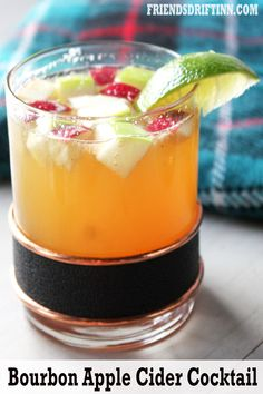Bourbon cocktail with apple cider is a classic holiday cocktail good all year long! Apple Cider Uses, Bourbon Apple Cider, Apple Cider Cocktail, Warm Apple Cider, Spiced Cider, Festive Cocktails, Bourbon Cocktails, Refreshing Cocktails, English Cider