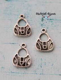 Un lot de 3 breloques en métal représentant des sacs à main pour bijoux fantaisie.