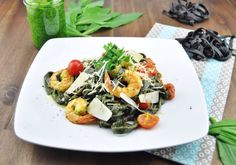 Sepia-Tagliatelle mit Bärlauch-Pesto und Crevetten