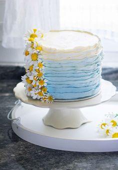 Esta tarta White Velvet (bizcocho terciopelo blanco) con una deliciosa y suave crema de limón y con esta decoración en forma de volantes es ideal para las celebraciones como comuniones, bodas y cumpleaños. White Velvet, Drip Cakes, Nude, Desserts, Blog, Shape, Birthday Sheet Cakes, Lemon Cream, Tortilla Pie