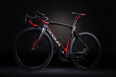 ベールを脱いだ新型DOGMA、F10(カラーは106/Black Lava): (c)ピナレロ・ジャパン