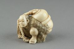 Netsuke: Man with a large bottle in antique ivory. Edo period. Japan.