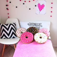 DIY Donut Pillow w/ Strawberry Frosting How to Make My Room, Girl Room, Girls Bedroom, Bedrooms, Cute Pillows, Diy Pillows, Cushions, Diy Décoration, Diy Room Decor