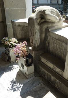 The Monumental Cemetery of Staglieno Weeping Woman Monument Cemetery Monuments, Cemetery Statues, Cemetery Headstones, Old Cemeteries, Cemetery Art, Angel Statues, Graveyards, Dark Side, Sculpture Art