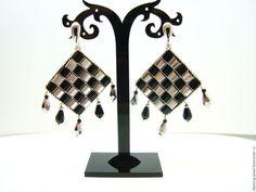 Купить Серьги из бисера TILA Шахматная Королева черно-белые - чёрно-белый