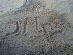 doida que é doida escreve o nome dele na areia <3