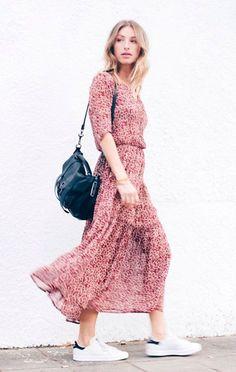 Street style look com vestido longo fluido e tênis.