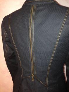 Giacca nera in tessuto operato con zi sulla schiena, ribattitura cuciture colore oro