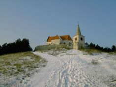 Opevnený renesančný kostol sv. Michala Archanjela nad obcou Lančár.