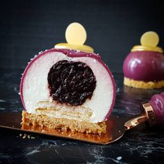 170 mentions J'aime, 18 commentaires – Marina Masatovic (@catchmycake) sur Instagram : «And inside my 'Dior' pastry  an almond mousse with a heart of dried plum compote, coconut…»