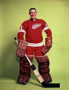Терри Савчук - вратарь, который играл без маски Является одним из самых лучших голкиперов за всю историю НХЛ, отличался фантастической скоростью и реакцией, предпочитал играть без защитной маски, но после броска Халла шайба попала ему в голову, с тех пор он стал надевать маску. Вошел в 100 лучших игроков НХЛ за всю ее историю.