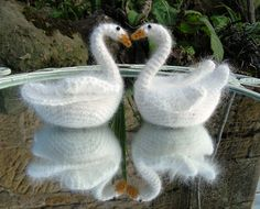 For all you love birds out there a free Ravelry pattern Simple Swans by Brigitte Read.