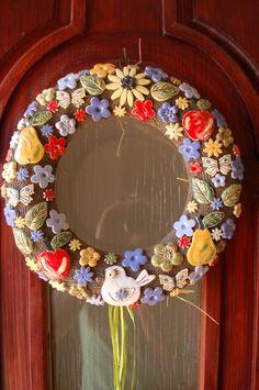 Letní keramický věnec na dveře Keramický věnec na dveře, podlepený slaměným korpusem ( proti poškrábání dveří). Průměr 24 cm. Vypadá na dveřích nádherně a vydrží nejen celé léto, ale i další roky.... :-) Polymer Clay Tools, Christmas Wreaths, Christmas Ideas, 4th Of July Wreath, The Creator, Diy And Crafts, Floral Wreath, Sculpture, Creative
