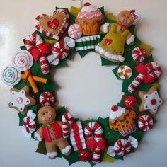 Guirlanda de Natal Gingerbreads. Com 40 cm de diâmetro, toda confeccionada em feltro e lantejoulas. R$ 160,00