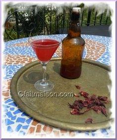 Kéfir de fruits coloré par des fleurs d'hibiscus rouges (bissap).