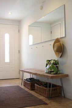 idee deco hall d entree maison avec banc en bois brut et parties métalliques et grand miroir rectangulaire de la longueur du banc
